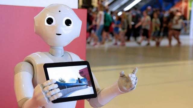鴻海代工的Pepper機器人傳出停產消息 已遭軟銀否認 (圖片:AFP)