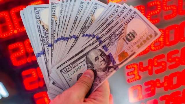 〈台幣〉美元偏強 平盤整理一度失守27.9字頭。(圖:AFP)