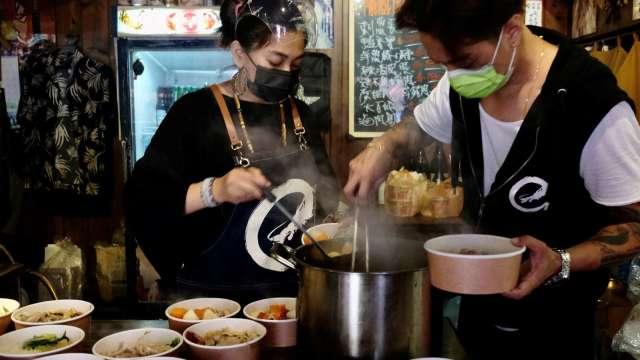 疫情警戒衝擊 全台13626人放無薪假 住宿及餐飲業最慘。(圖:AFP)