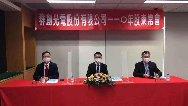 由左至右為群創總經理楊柱祥、董事長洪進揚、法務長張志煌。(圖:群創提供)