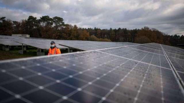 太陽能下游訂單萎縮 矽晶圓價格跌逾6% 後市議價壓力大。(圖:AFP)
