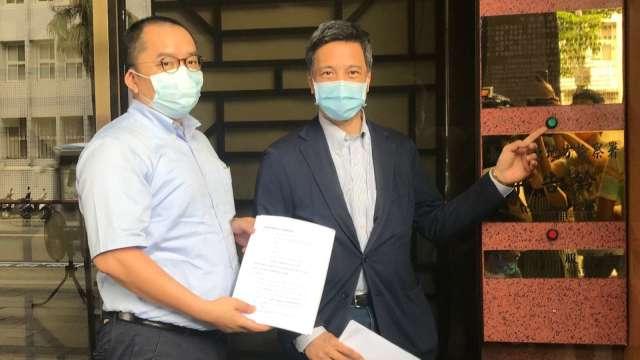 菱光董事長黃育仁(圖右)赴台北地檢署。(圖業者提供)