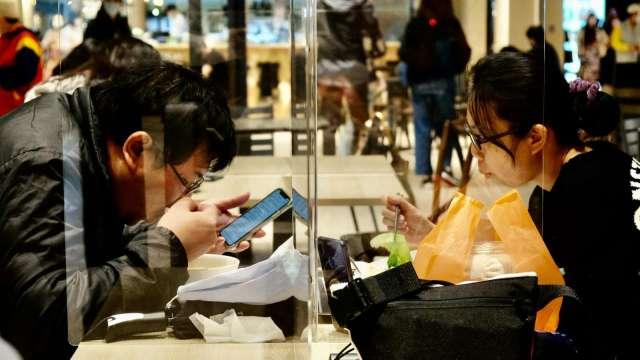 三級警戒衝擊餐飲業營收,外送、宅配比重攀至近7成。(圖:AFP)