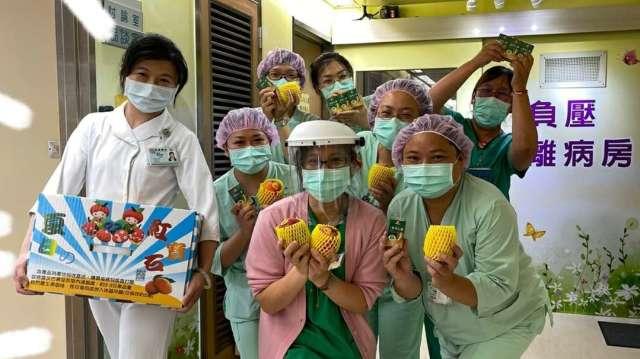 兆豐證券採購新鮮芒果,於上週五(7/2)產地直送衛生福利部桃園醫院,期望藉果農辛勤栽種的成果,傳達溫暖給守護國門的部桃醫護人員。兆豐證券/提供。