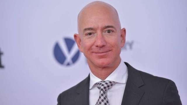 貝佐斯身價創新高!全球首富交棒後第一天 身價暴增84億美元 (圖:AFP)