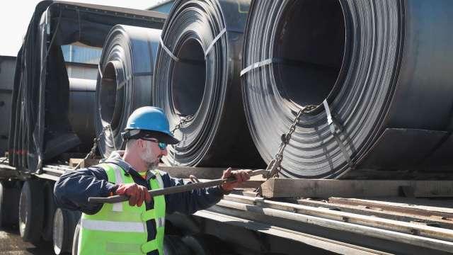 熱軋鋼捲價格飆漲 明年可破1000美元!瑞信:鋼鐵股太便宜了 (圖片:AFP)