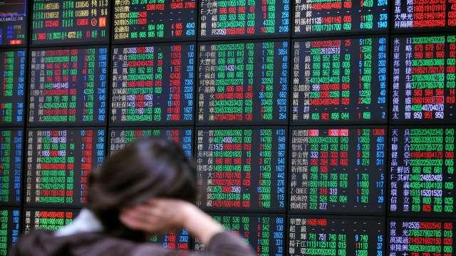 台股翻紅高低震盪近200點 三大法人聯手賣超63.54億元。(圖:AFP)
