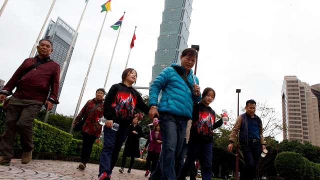 開放國旅9人小團 風景區、遊樂業限承載人數40%。(圖:AFP)