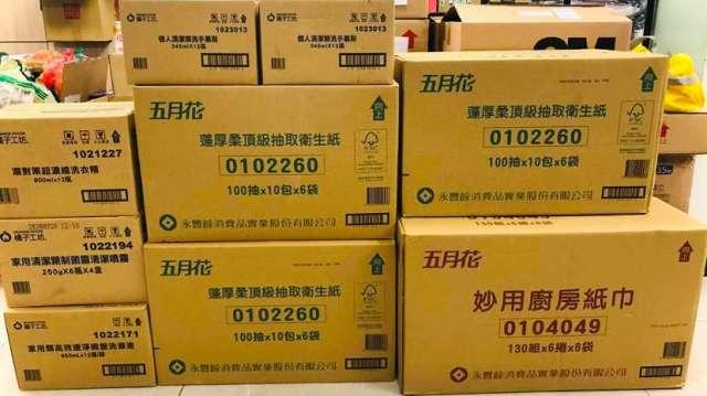 永豐實提供160箱五月花、橘子工坊清潔制菌產品,給一直守在萬華照顧弱勢的14個社福團體進行分配應用。(圖:永豐實提供)