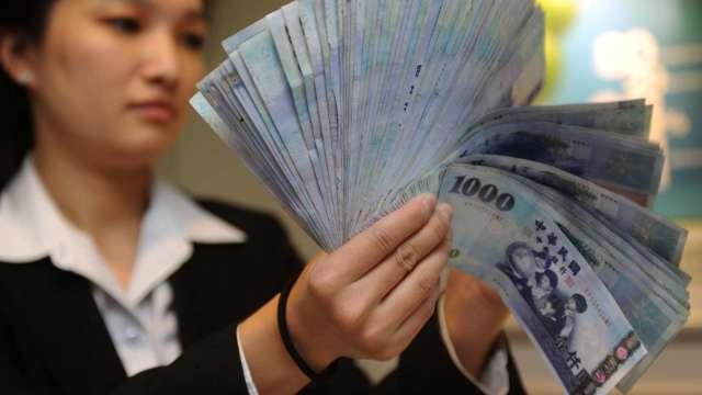 外資閃人 台幣連4貶收28.086元 創2個半月新低。(圖:AFP)