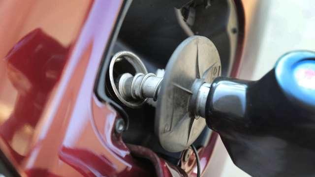 國內汽、柴油價 明起各調漲0.3及0.2元。(圖:AFP)