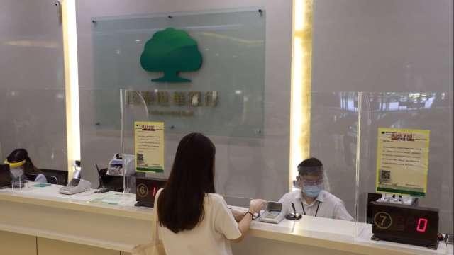 國泰世華銀行分行第一線服務,防疫準備到位保護員工及客戶。(圖:國泰金控提供)