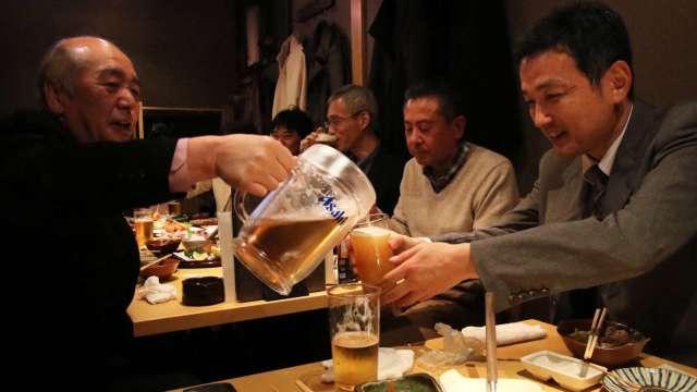 日本啤酒大廠為拯救餐飲店業績 出手支援疫苗接種 (圖片:AFP)