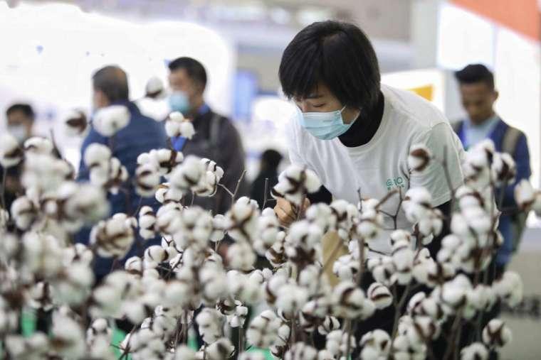 知名時尚品牌 H&M、Nike、Adidas 等接連聲明拒用新疆「血棉花」。(圖片:AFP)