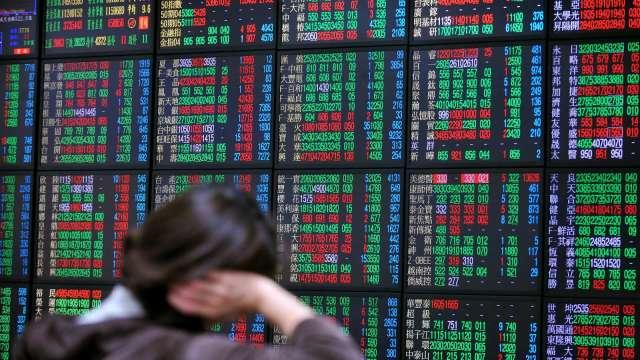 電子權值股力抗傳產賣壓 台股跌1點收17845點險守短均。(圖:AFP)