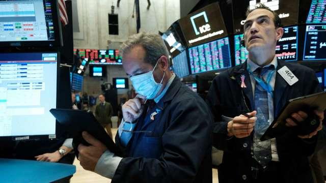 〈美股盤後〉鮑爾聽證維持鴿派 那指尾盤翻黑作收。(圖片:AFP)