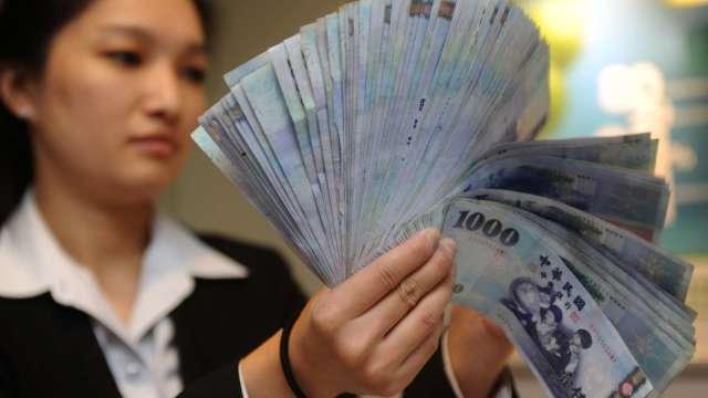 熱錢湧入 匯市午後風雲變色 台幣升逾1角攀2周高點。(圖:AFP)