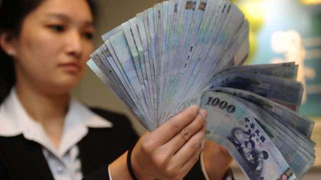 〈台幣〉股匯雙挫 台幣轉貶回測28元關卡。(圖:AFP)