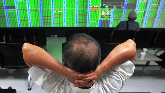 台股跌破17900點 外資終止連4買 三大法人聯手賣超268.72億元。(圖:AFP)