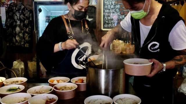 3.1萬人實施無薪假創11年新高 住宿餐飲業占比近半。(圖:AFP)