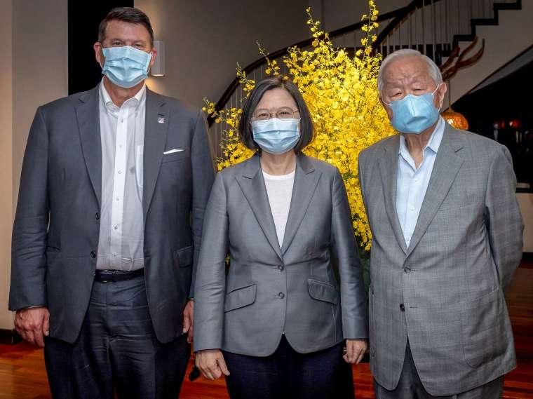 台灣總統蔡英文 (中) 與張忠謀 (右) 合影。(圖片:AFP)