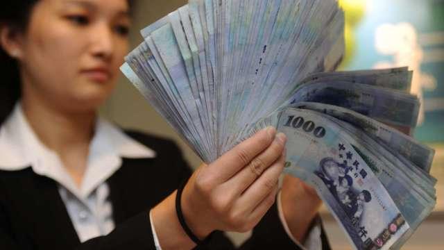 〈台幣〉股匯齊挫 匯價續貶下探28.046元。(圖:AFP)