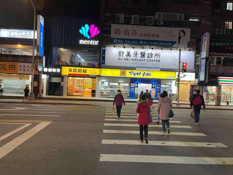日系藥妝店也轉租爲買進駐捷運東湖商圈。(鉅亨網記者張欽發攝)