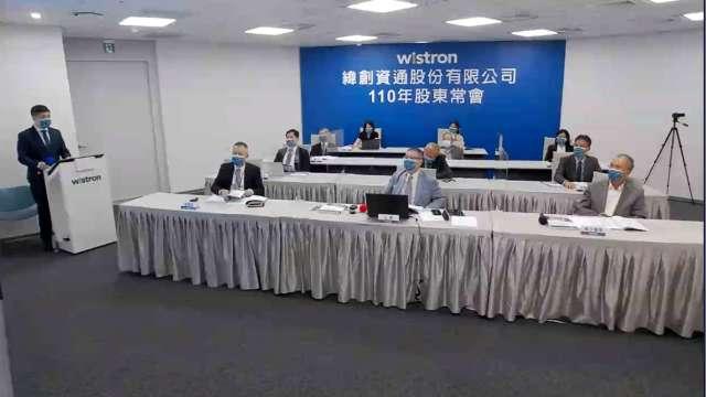 緯創林憲銘(前排中):台灣在美中貿易戰中有利位置,助競爭力提升。(取自緯創股東會直播截圖)