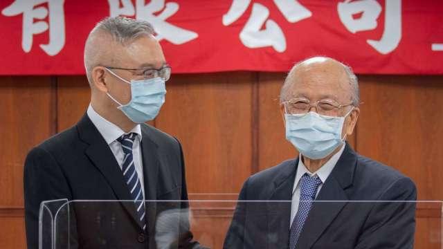 聯邦銀董事長李憲章(右)退休 由集團第二代林鴻聯(左)接棒。(圖:聯邦銀行提供)