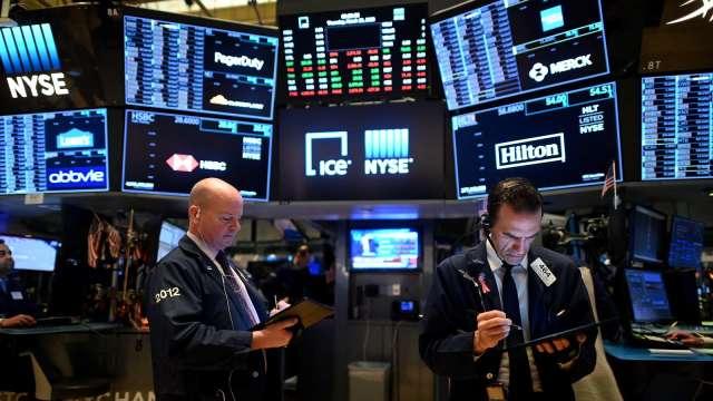〈美股早盤〉美股重挫後回彈 道瓊勁揚400點、美債殖利率仍跌 (圖:AFP)