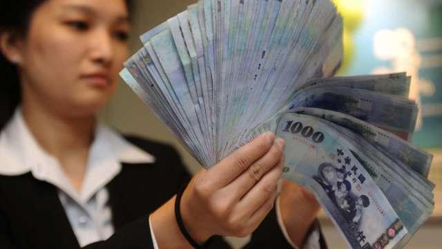 〈台幣〉出口商力抗外資 匯價連3貶收28.06元。(圖:AFP)