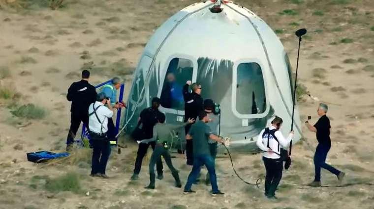 貝佐斯一行人靠降落傘落地,成功完成太空飛行。(圖片:AFP)
