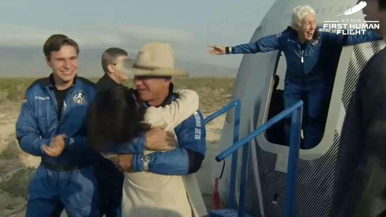 貝佐斯一行人成功返回地球,並締造多項世界紀錄。(圖片:AFP)