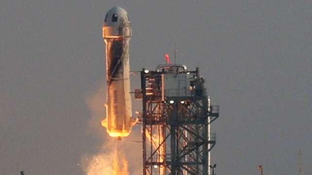藍色起源完成載人首航 貝佐斯成功飛向宇宙。(圖片:AFP)