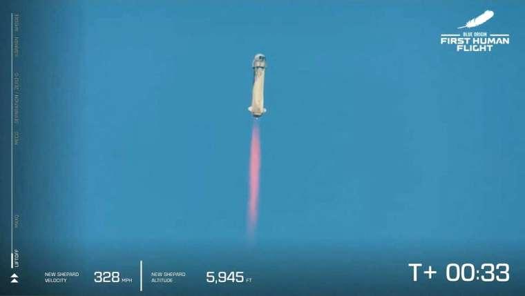 貝佐斯週二搭乘自家公司藍色起源 (Blue Origin) 的太空船,完成首次載人太空飛行。 (圖片:AFP)