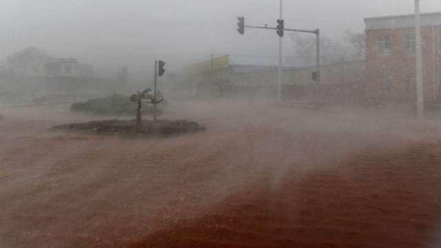 鄭州豪大雨 空陸交通癱瘓 富士康:營運一切正常(圖片:AFP)