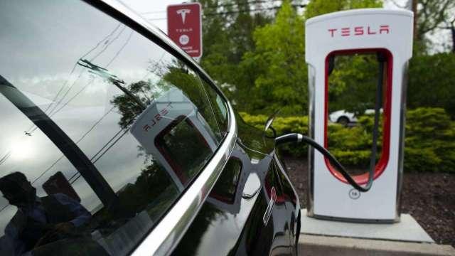 特斯拉擬開放快充站給其他廠牌電動車使用。(圖:AFP)