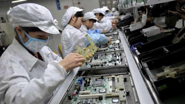 鴻海鄭州廠區囊括全球半數iPhone產能 備貨旺季。(圖:AFP)