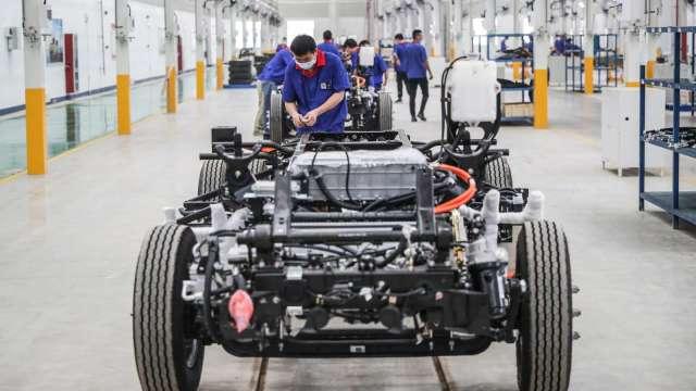 晶片荒未解 電動車銷量快速成長又引爆電池荒。(圖:AFP)