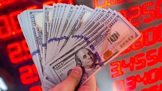 〈台幣〉外資偏匯出 量縮轉貶收28.028元。(圖:AFP)