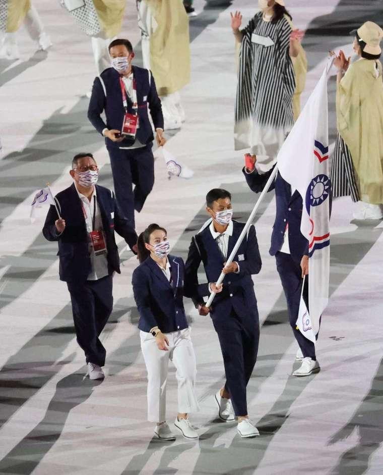 中華代表團由「網球一哥」盧彥勳及「舉重女神」郭婞淳掌旗 (圖片:體育署)