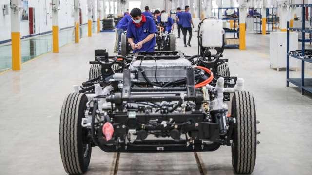 〈觀察〉鴻海入主榮炭操刀電動車核心 電池大艦隊衝當業績前鋒。(圖:AFP)