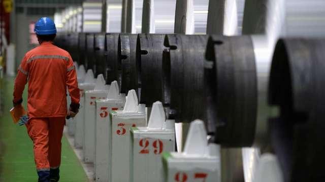 〈觀察〉鐵礦砂大跌成鋼市翻轉訊號?。(圖:AFP)