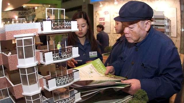 美房市疫情間海外銷售下滑 近期再現中國購房大軍(圖片:AFP)