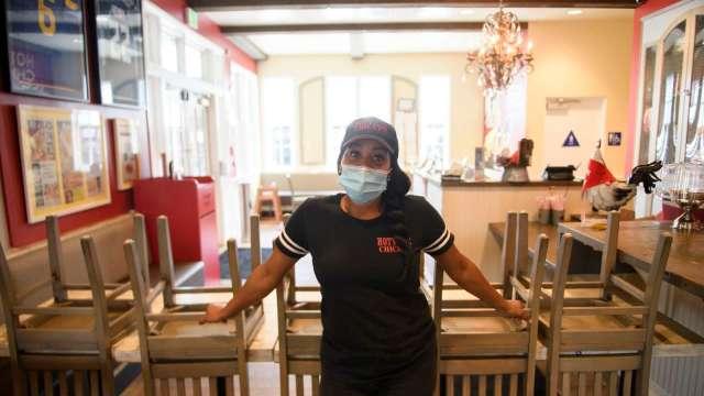 美CDC防疫指引大轉彎!完成疫苗接種的人 室內仍須戴口罩。(圖片:AFP)