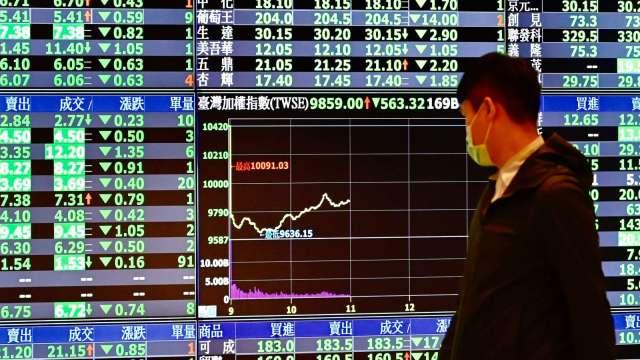 電子股殺聲隆隆 台股摜破萬七關卡一度重挫超過300點。(圖:AFP)