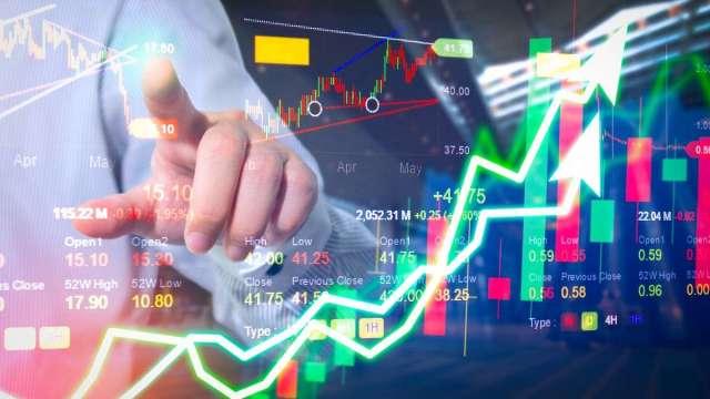 張志誠觀點:8月前台股下殺的理由 為何只等待半年報低本益比公司。(圖:shutterstock)