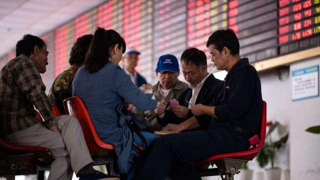 瑞銀警告:中國市場尚未見底 別出手接刀子(圖:AFP)