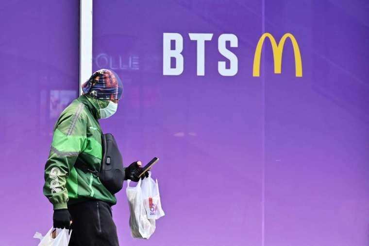 麥當勞與南韓天團防彈少年團 (BTS) 推出聯名套餐熱賣 (圖片:AFP)