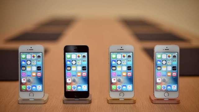 全球晶片荒波及智慧手機 這些品牌首當其衝。(圖片:AFP)